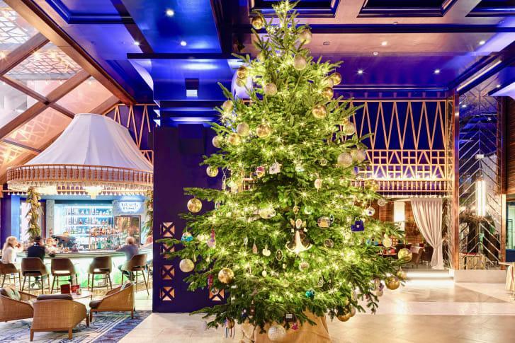 Прикрашена діамантами і духами: в Іспанії встановили найдорожчу в світі новорічну ялинку.